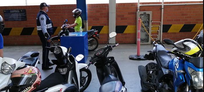 Secretaría de Movilidad sensibilizó a motociclistas en centros comerciales de Cali