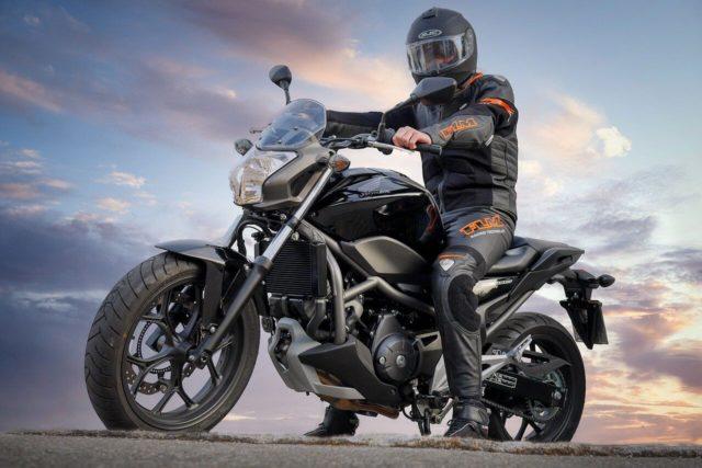 La indumentaria de los motociclistas es clave para mantener su seguridad